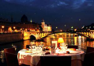 Croisière dîner Réveillon du Nouvel An et Illuminations de Paris, départ au pied de la Tour Eiffel