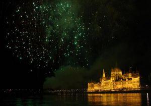 Dîner-croisière sur le Danube et show avec retour à l'hôtel inclus pour la soirée de la Saint Sylvestre