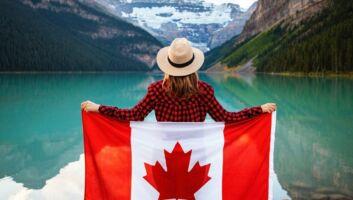 Une femme avec un drapeau du Canada