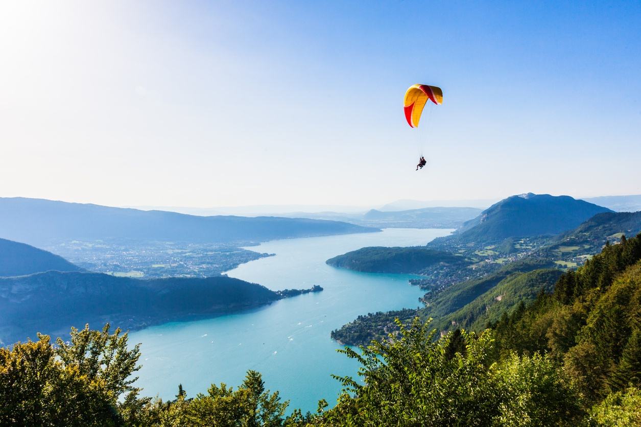 Auvergne-Rhône-Alpes : top 5 des destinations à découvrir en parapente